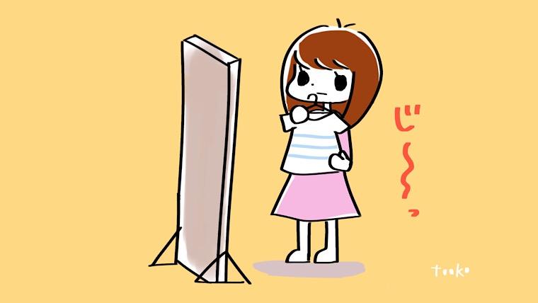 鏡の前でTシャツを見る女性のイラスト